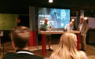 Voorzitter Henk Visscher ondertekent het 'voetbalconvenant'